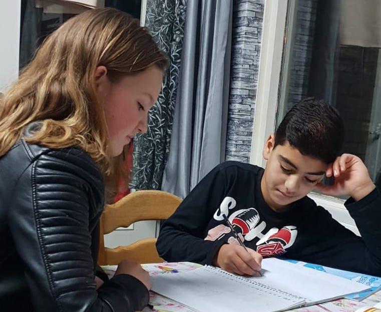 Scholieren helpen jonge nieuwkomertjes met huiswerk